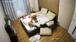 Спустил трусы с большой задницы жены на кухонном диване фото